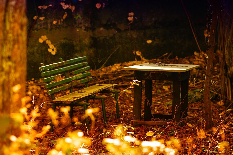Tisch und Bank im Hinterhof